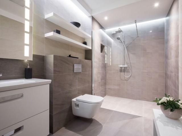 Exclusives, modernes Bad mit ebenerdiger Dusche