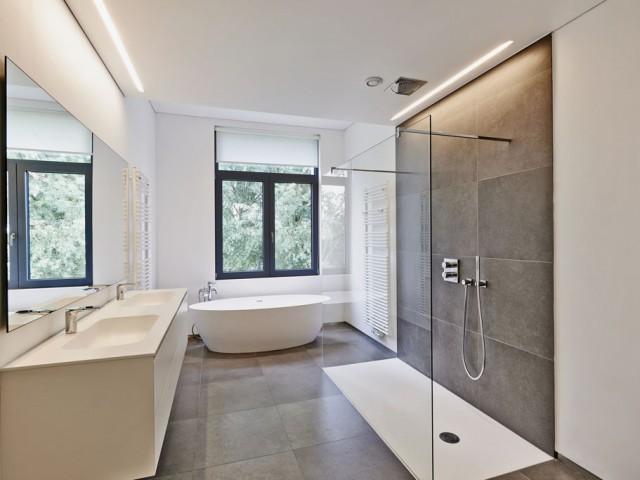 Modernes Luxus-Badezimmer